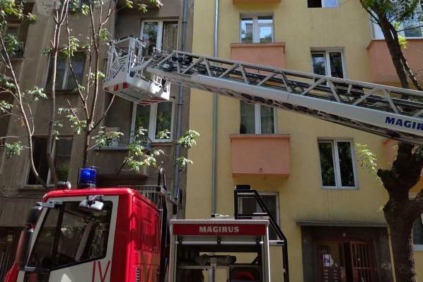 """Гори покрива на 5-етажна сграда на столичната ул. """"Лайош Кошут"""""""