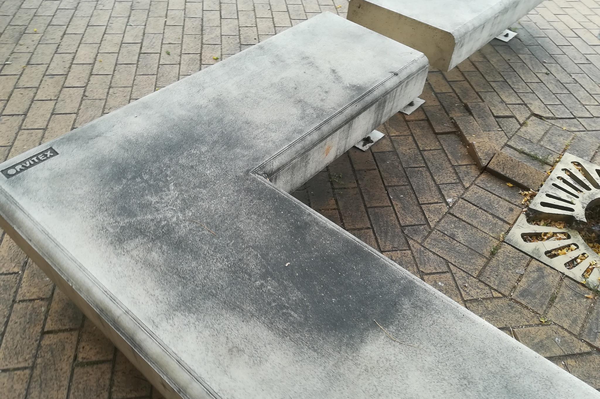 Столичен инспекторат лъсна пейките на Ларгото в центъра на София