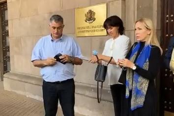 Общински съветници и районен кмет от София внесоха в МС 4000 подписа за мет