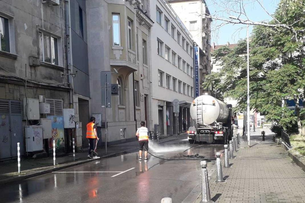 Миене и дезинфекция на улици и булеварди в много столични райони