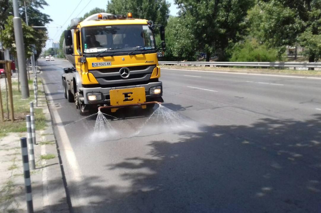 Заради високите температури в София: Отново оросяват улици и булеварди