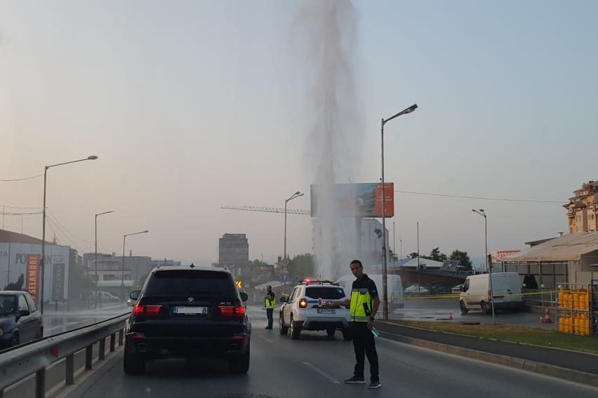 """Спукан водопровод  на бул. """"Симеоновско шосе"""": Образува се 25-метров воден"""
