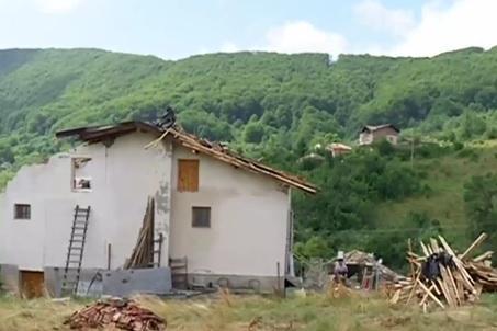 В софийското с. Губеш: Торнадо отнесе покривите на къщи
