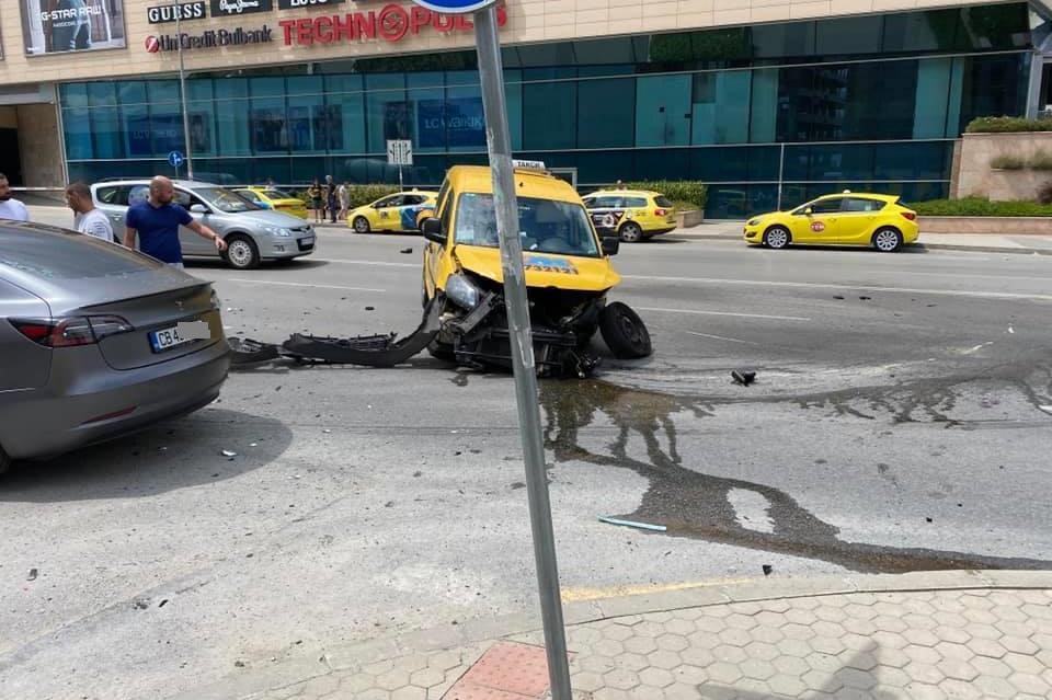Тесла и такси катастрофираха на столичния бул. Черни връх