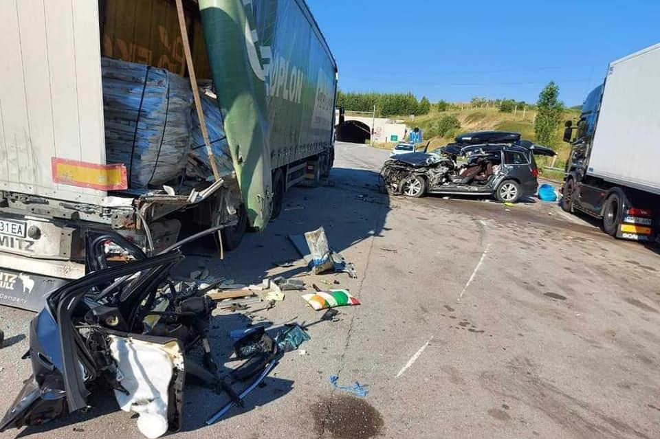 """Украинец е в тежко състояние в """"Пирогов"""" от катастрофа на лека кола и ТИР н"""
