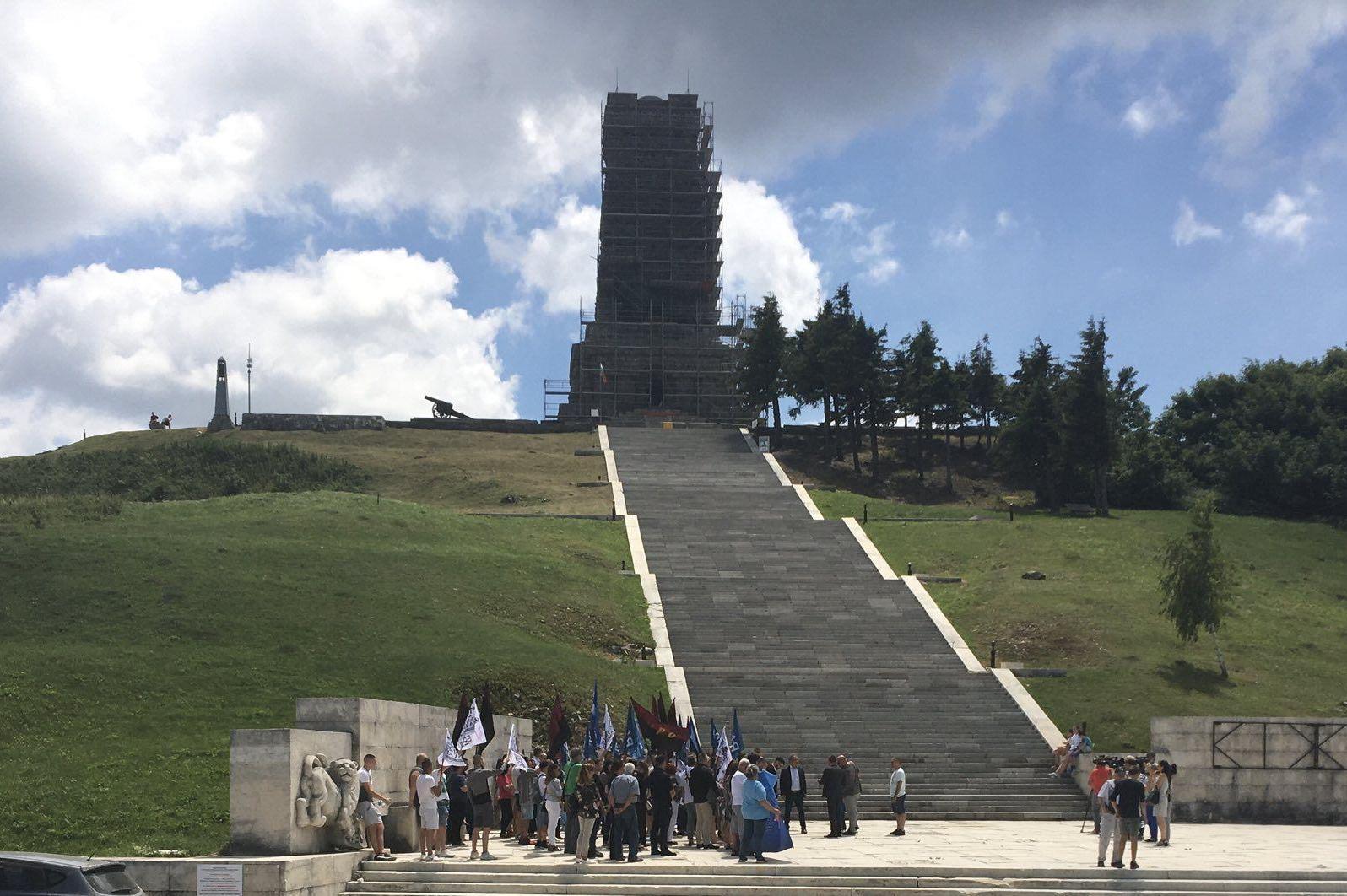 БЪЛГАРСКИТЕ ПАТРИОТИ закриха кампанията на свещения връх Шипка