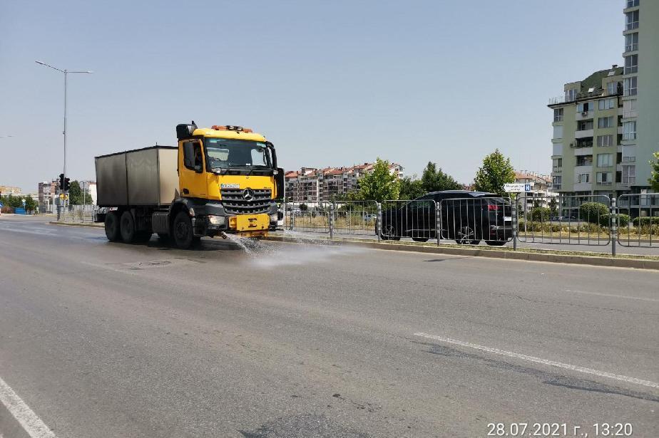 Продължава оросяването на улици и булеварди в София заради жегите