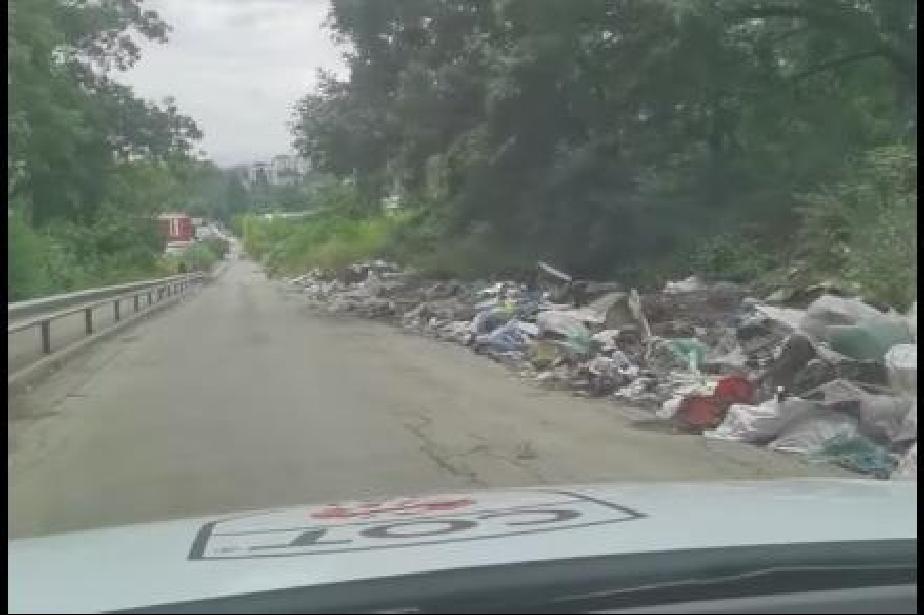 Планина от боклуци затрупва столичната ул. Житница