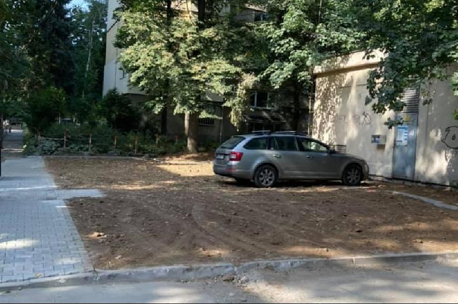 """""""Кална точка"""" в """"Иван Вазов"""" е превърната в паркинг"""
