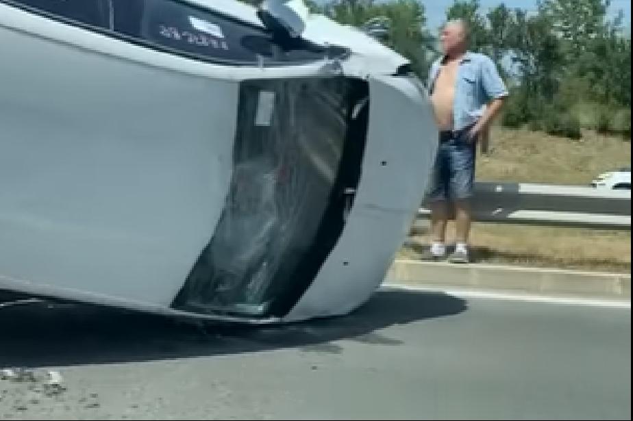 Кола изпадна от ремарке и се обърна при катастрофа на Околовръстното