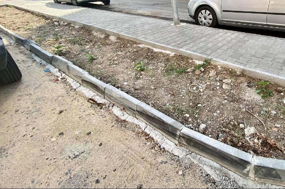 """Разрушен бордюр на """"Лидице"""" 14 по-малко от месец след ремонта"""