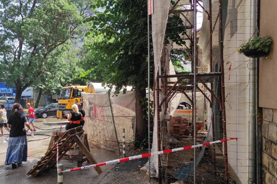 """Глобиха строител в """"Оборище"""" за скеле, разположено на тротоара"""