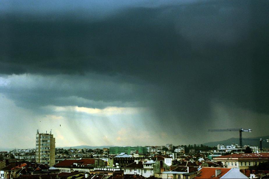 Градушка и силна буря удариха София