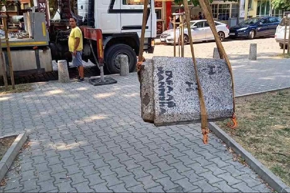 """Вдигат бетонни кошчета от градинката при площад """"Португалия"""""""