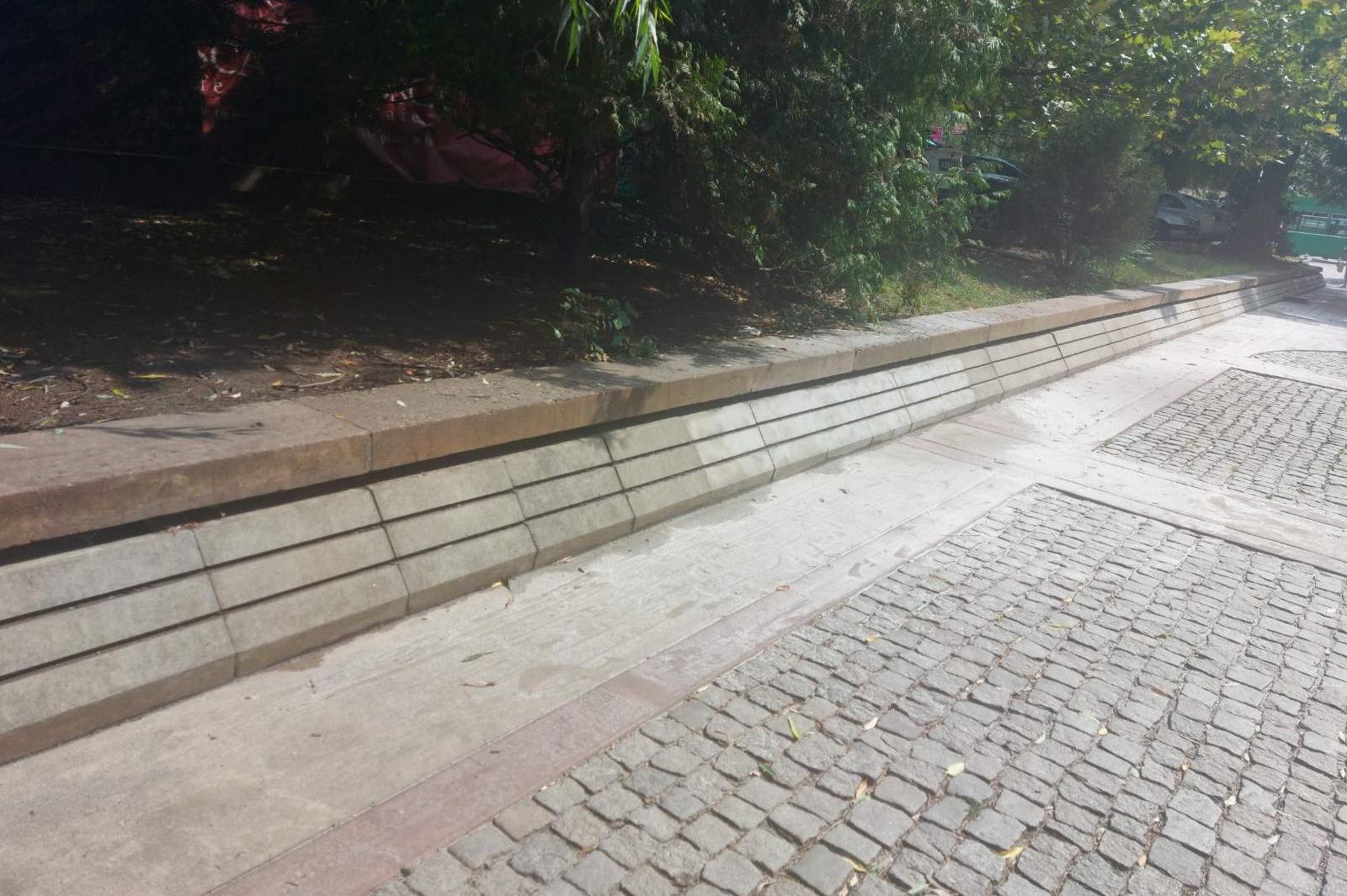 Изчистена от графити е каменната стена в градинката до Халите