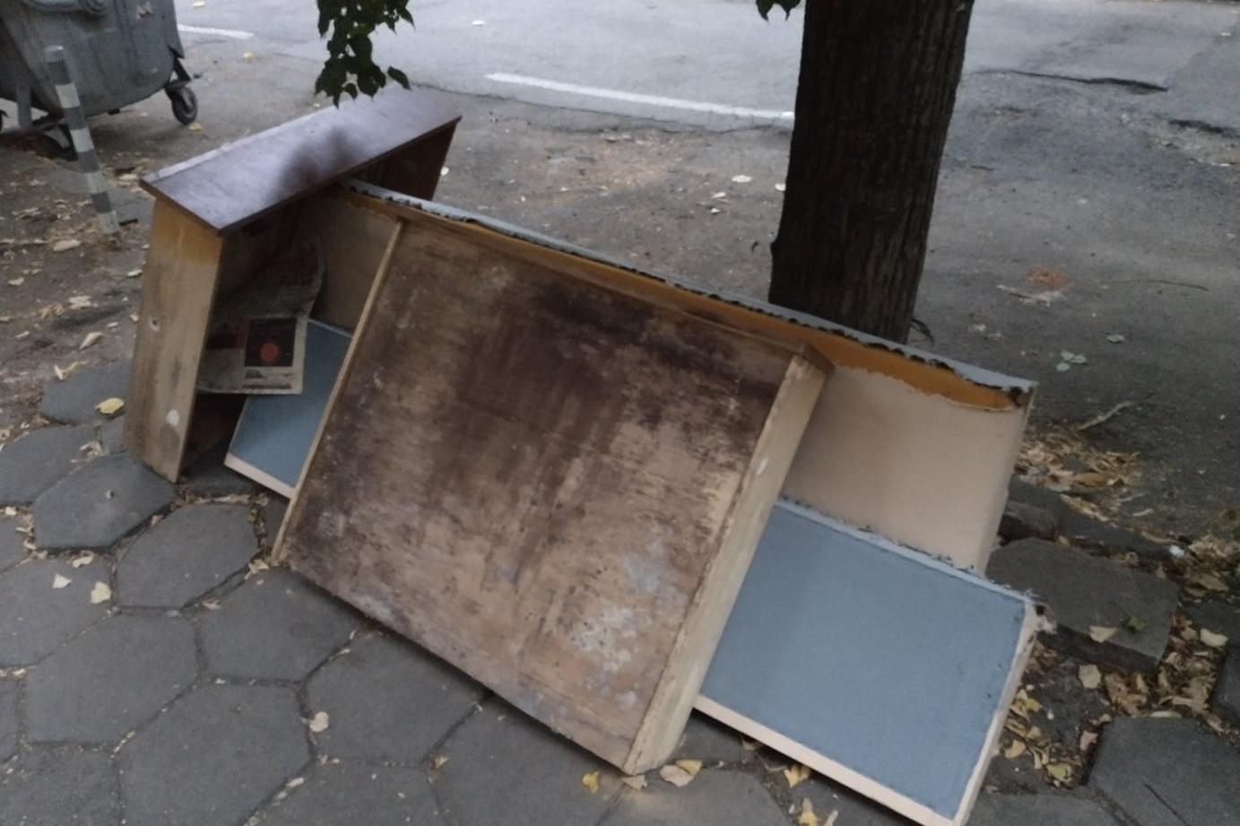 """Част от столичната ул. """"Елин Пелин"""" затрупана със стари и счупени мебели"""
