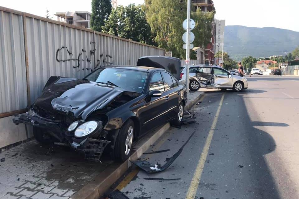 """Кола се заби в къща с газопровод на столичния """"Монтевидео"""""""