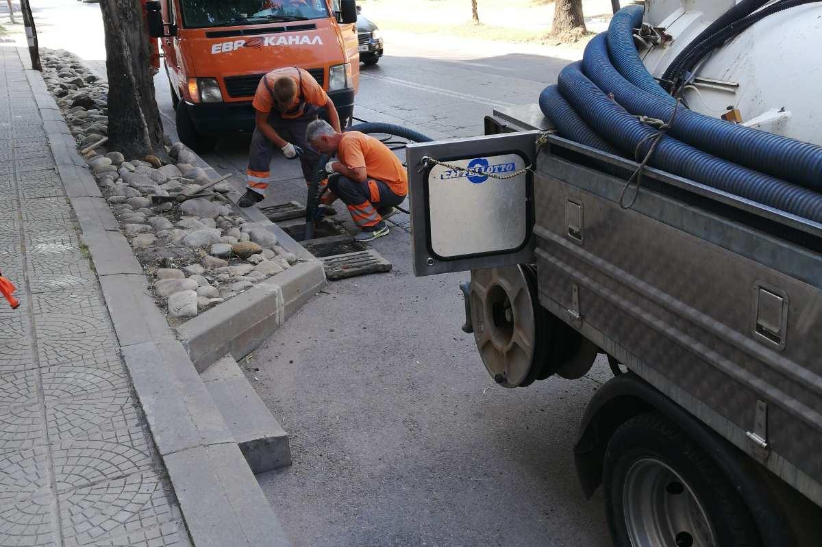 """Почистени са дъждоприемните шахти в """"Слатина"""""""