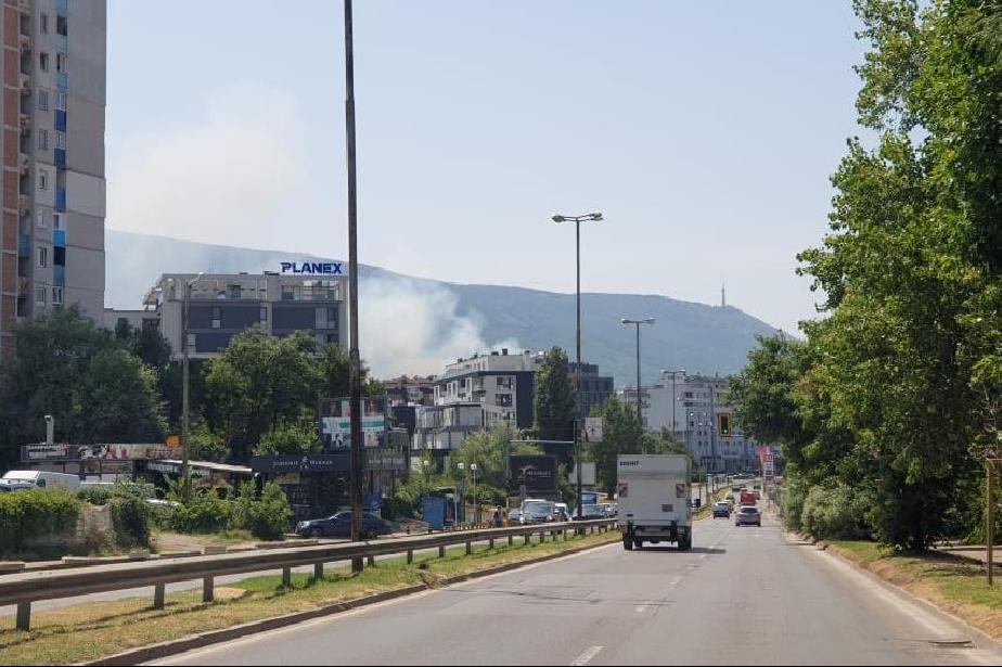 Сухи треви горят в столичния квартал Кръстова вада