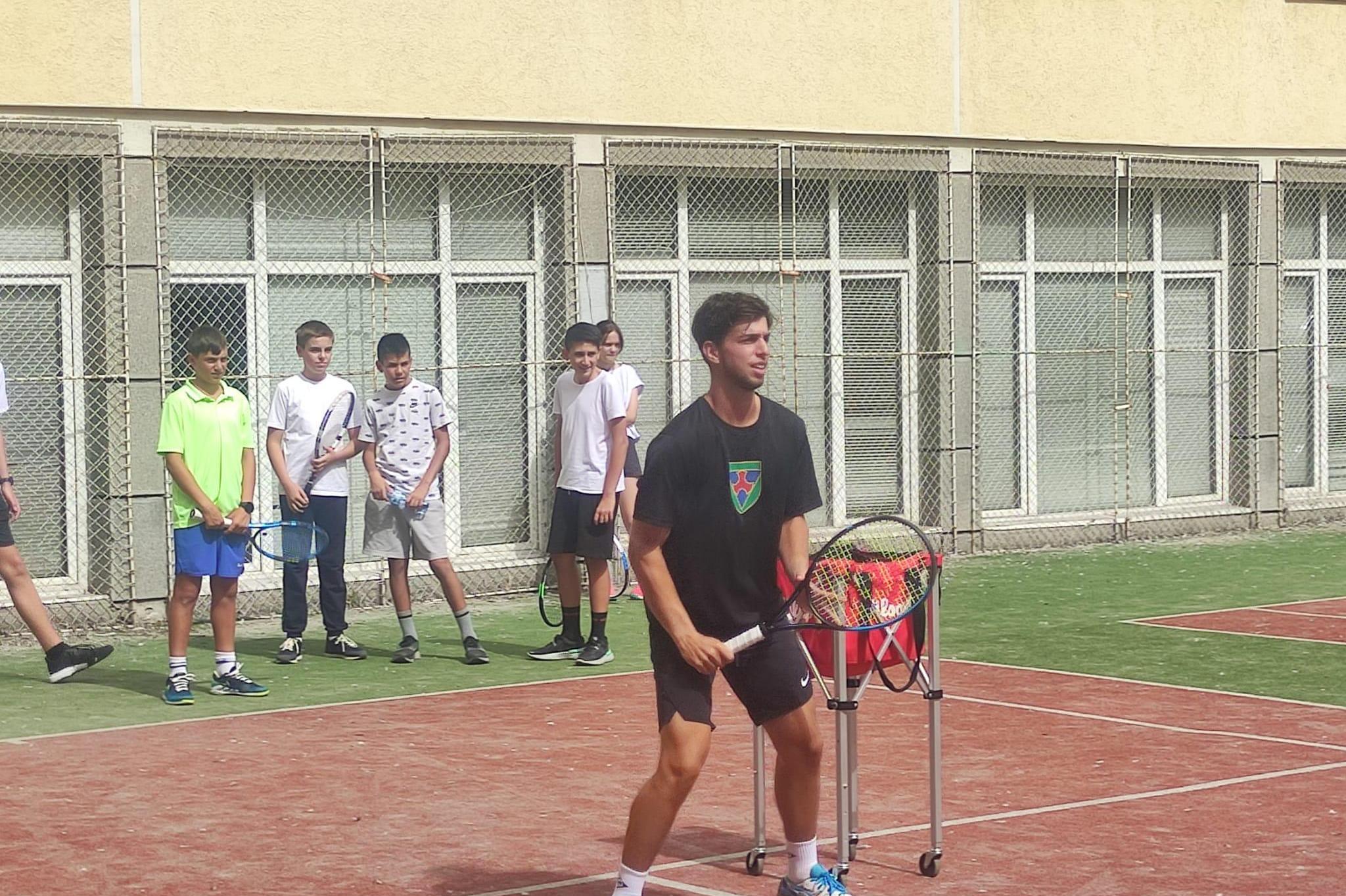 """Адриан Андреев игра тенис с деца от 49 ОУ """"Бенито Хуарес"""" преди Sofia Open"""