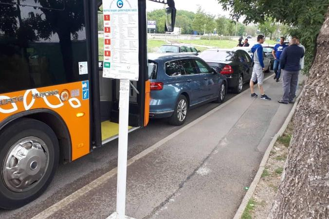 Дим от автобус на градския транспорт в София притесни шофьора, колата удари