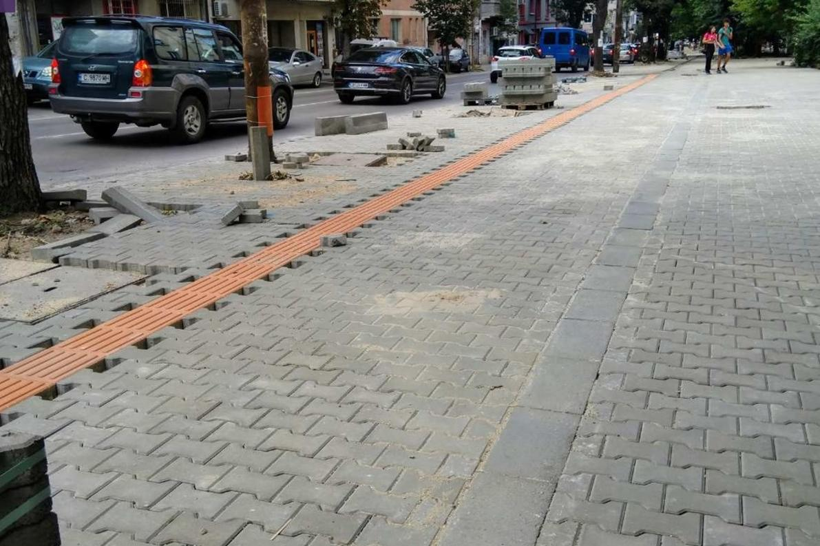 Ремонтират разбития тротоар на софийската ул. Черковна
