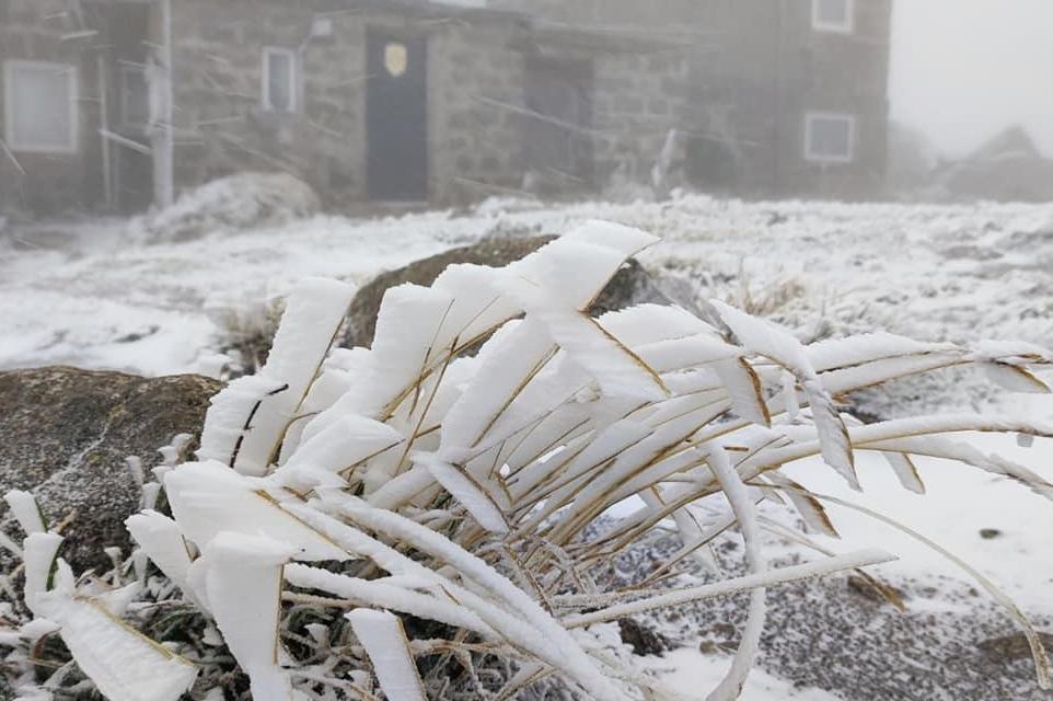 Черни връх побеля от първия сняг, температурата падна до -7 градуса