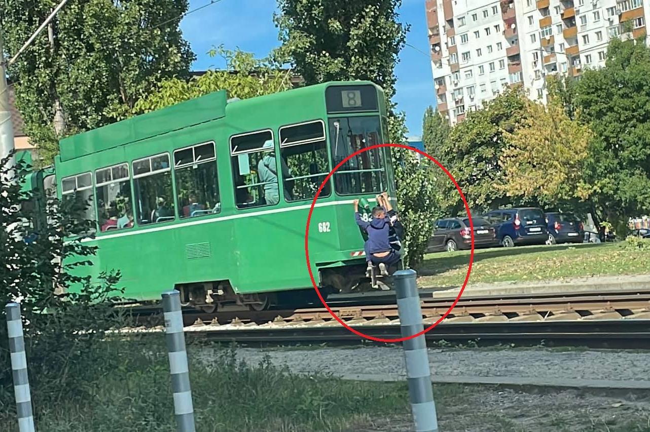 Опасно: Деца се возят извън трамвай 8 в Люлин