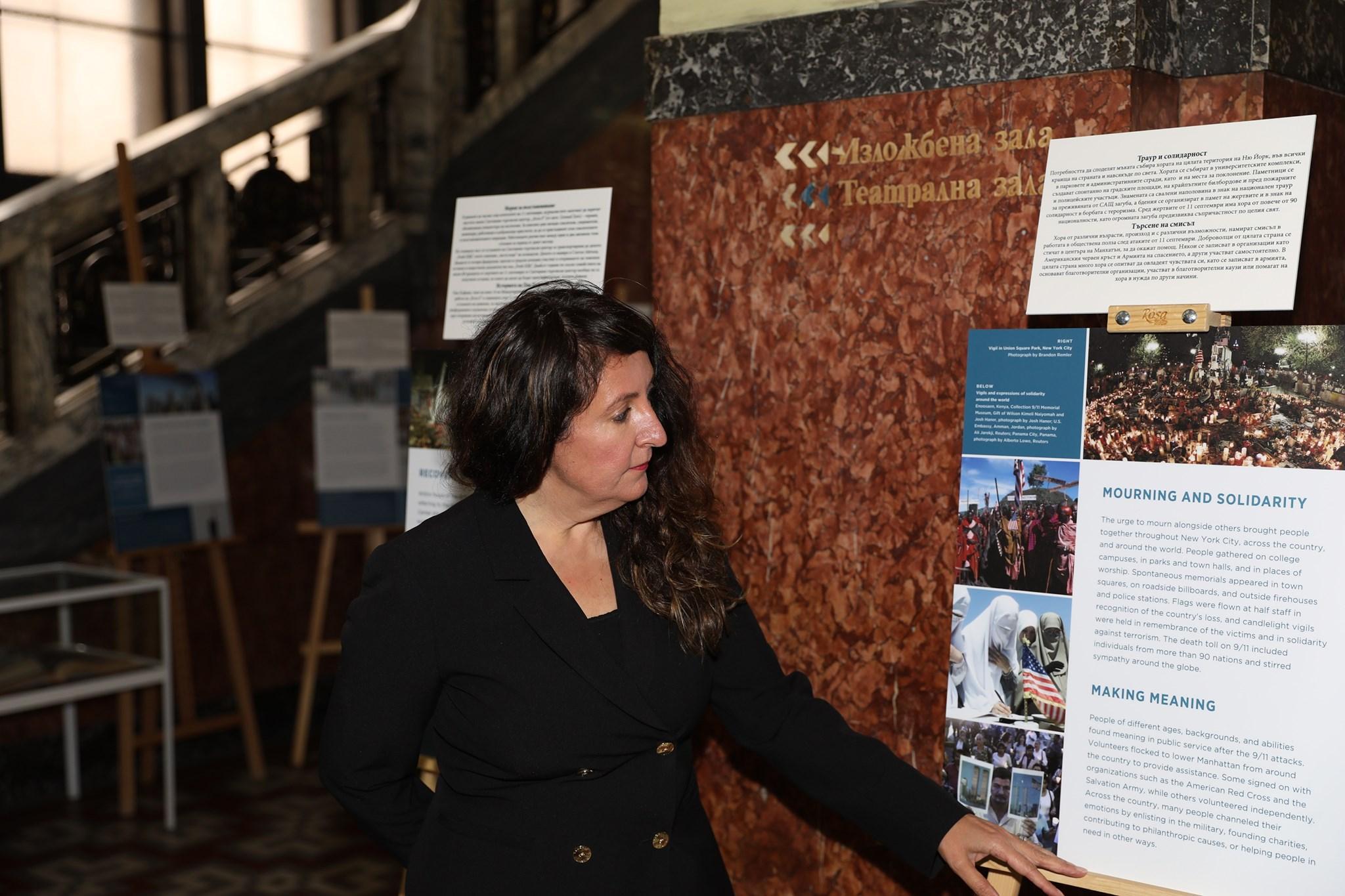 Посланикът на САЩ посети изложбата за 11 септември в Столична библиотека
