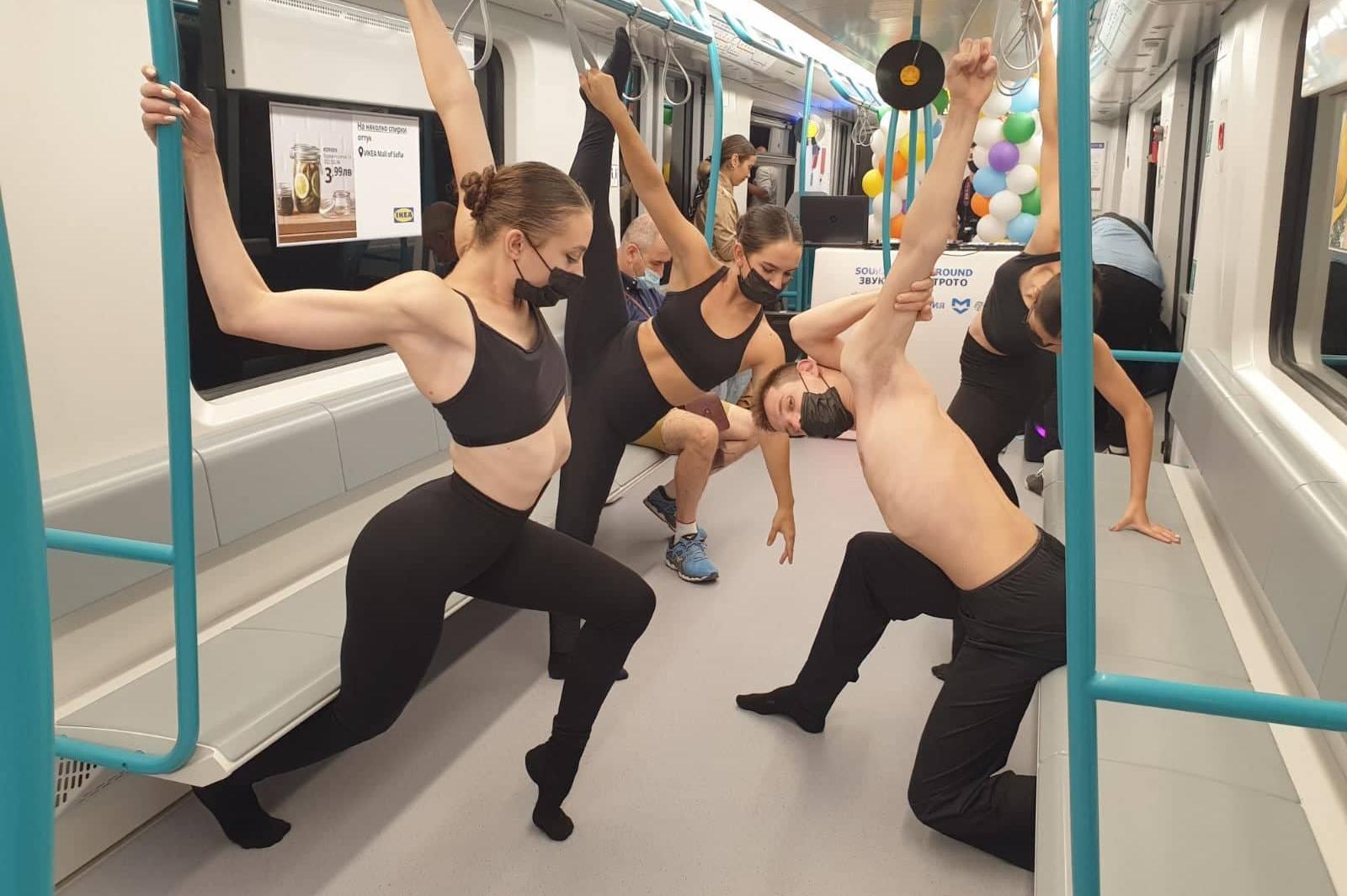 Вечерен флашмоп в столичното метро за празника на София