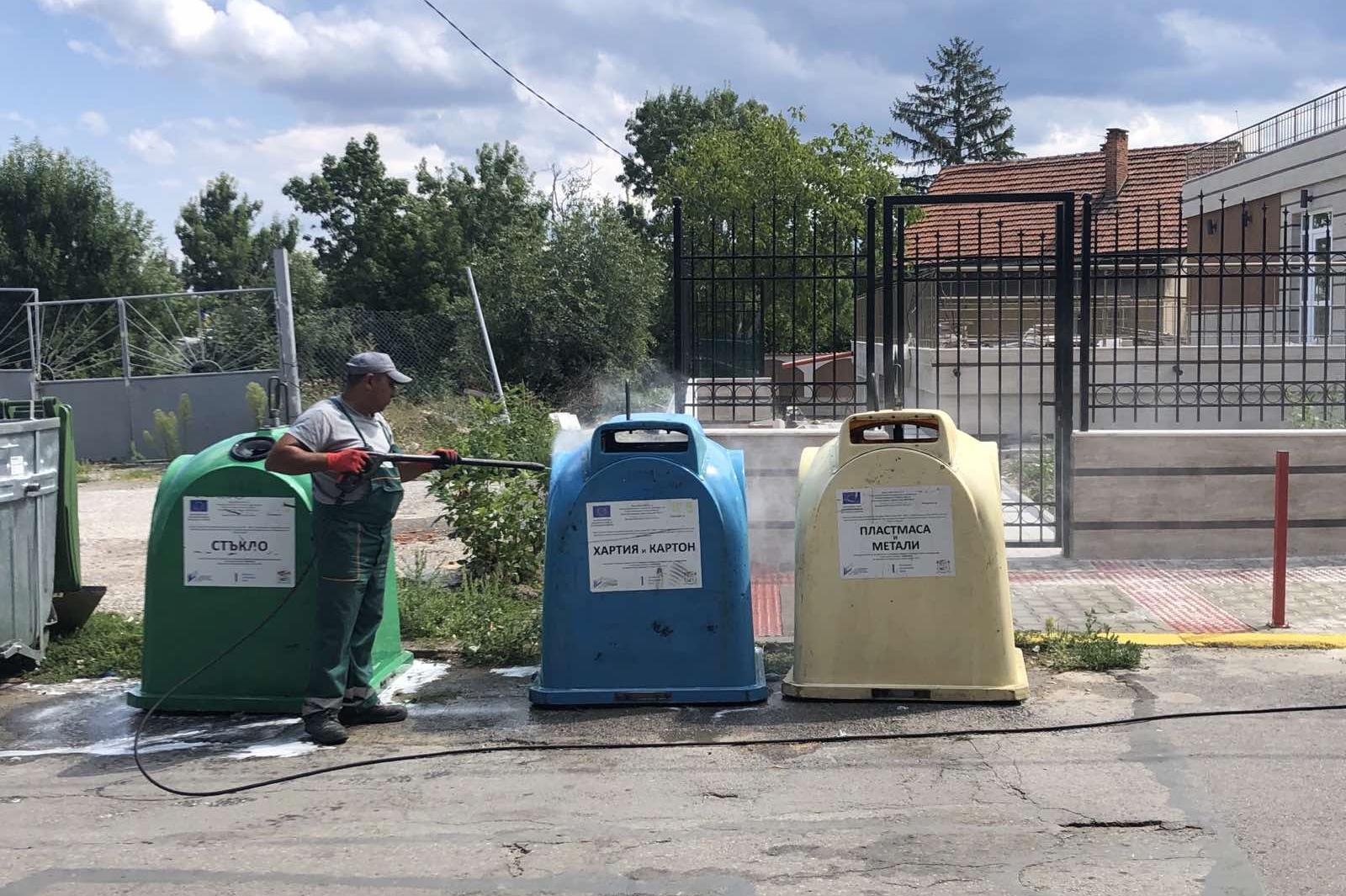 """В """"Кремиковци"""" мият и дезинфекцират цветните контейнери за смет"""