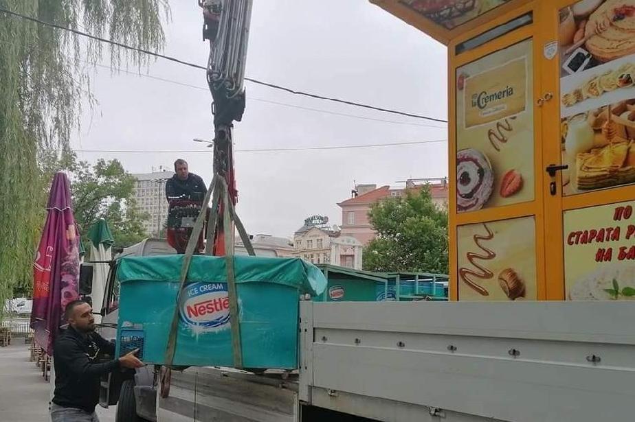 """Премахнаха незаконни павилиони от централния район """"Средец"""" в столицата"""