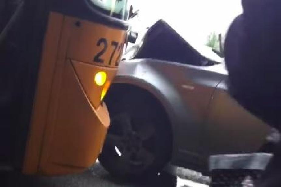 Автобус 26 и БМВ катасторфираха между Требич и Мировяне на Околовръстното