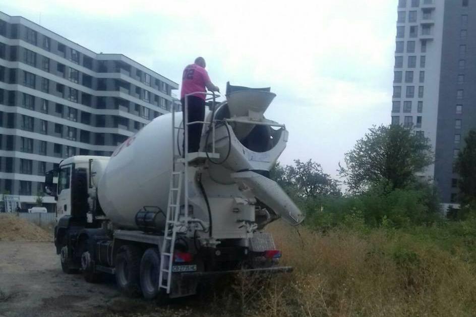 Водачи на бетоновози получиха актове за работа на нерагламентирано място