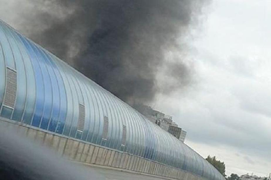 Избухна пожар в строителен склад в София